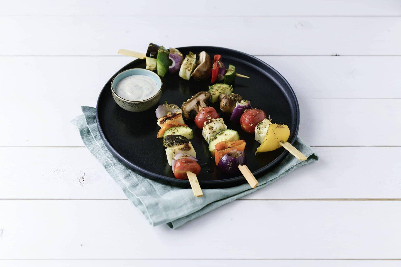 Grill-Gemuese Gemuesespiesse mit Knoblauch-Dip