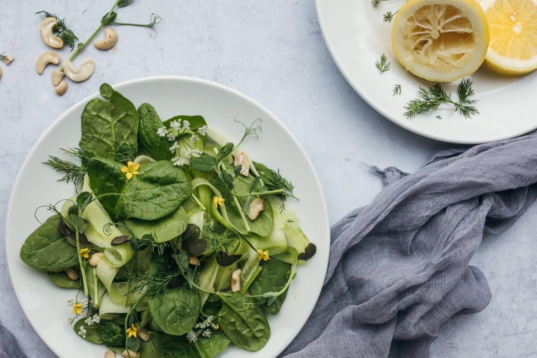 Salat mit Dille garniert