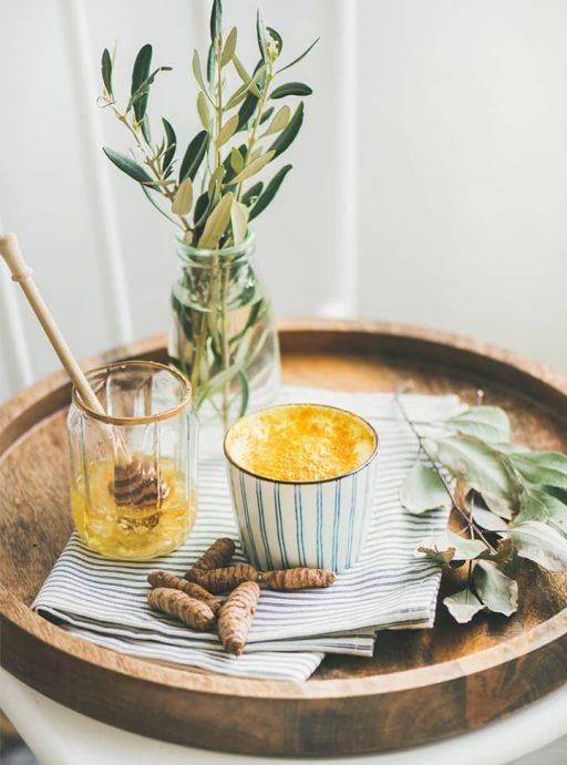 Curcuma Getränk mit Honig auf einem Tablett