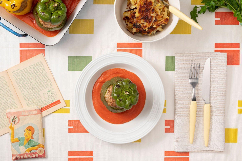Paprike punjene mljevenim mesom, začinjene mažuranom i umakom od rajčica.