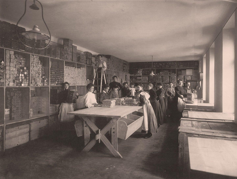 Crno-bijela fotografija: radnici pakiraju mljevenu papriku Kotányi 1881.